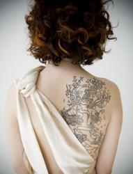 肩部美丽的小孔雀纹身