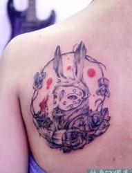 女性背部兔子玫瑰花纹身图案