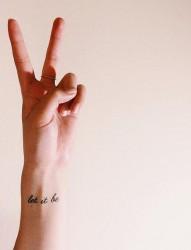 手上漂亮个性的简单的英文字母纹身图案