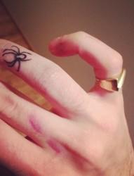 手指上唯美漂亮的蜘蛛纹身