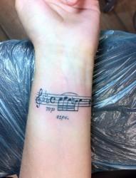 手腕小小的音符刺青