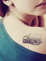 女生背部树叶纹身