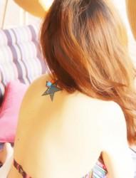 闪烁的星星女生肩部纹身