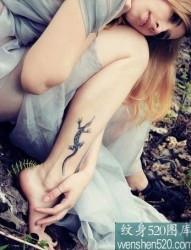 美女小腿上俏皮的壁虎纹身
