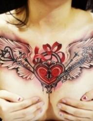 女性胸前好看的心形纹身图案