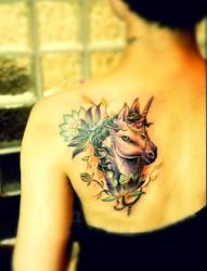 美女肩部漂亮的独角兽纹身
