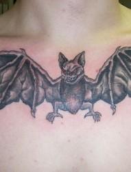 胸部个性张扬的蝙蝠纹身