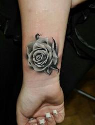 手腕漂亮唯美的玫瑰纹身