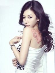 清纯美女背部独角兽刺青