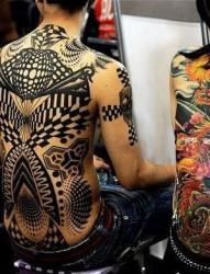 后背上色彩斑斓的大蜥蜴纹身作品