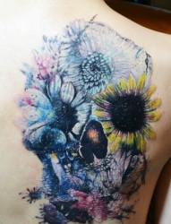 背部泼墨风格的骷髅头向日葵纹身图片