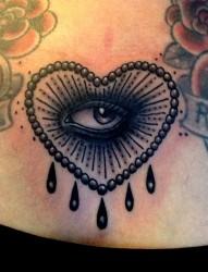 臀部一幅招财猫与钻石纹身图片