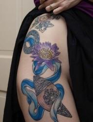 潮流另类美女臀部彩色莲花纹身图片纹身作品