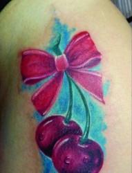 女人胯部小巧时尚的蝴蝶结樱桃纹身图片