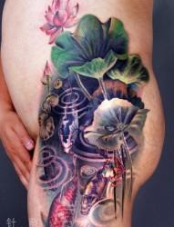 男生臀部写实的彩色鲤鱼莲花纹身图片