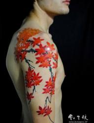 右手臂半甲枫叶刺青