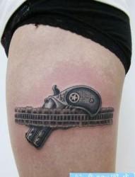 美女大腿经典的蕾丝手枪纹身图片