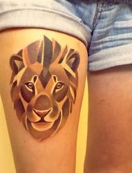 大腿上一幅潮流个性狮子纹身图片