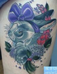 一款女性腿部兔子纹身图案