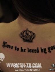 女人后背潮流的哥特字母与皇冠纹身图片