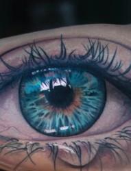 手臂上逼真的眼睛纹身