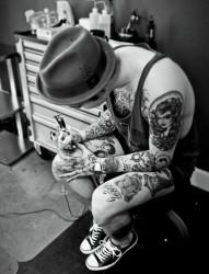 看时尚潮男玩转个性纹身