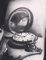 腰部上的时钟纹身