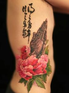 女生最近都爱上了漂亮的牡丹花纹身
