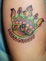 手臂上有着精美彩色皇冠纹身