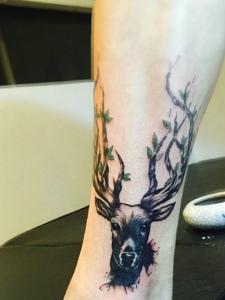 小腿部的小鹿纹身可爱极了