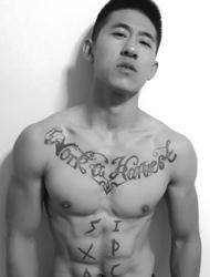 健身肌肉男胸前独特的英文纹身