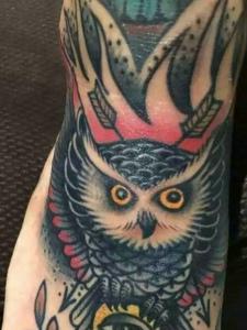 脚背一款精力充肺的彩色猫头鹰纹身