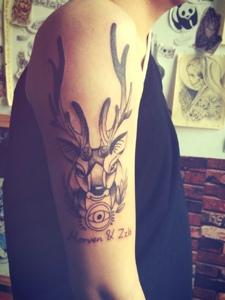 可爱时尚的手臂小鹿纹身
