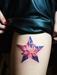 被五角星包围的荷花纹身散发着光芒