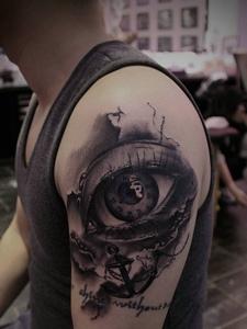 大臂黑白3d眼球纹身图片十分逼真