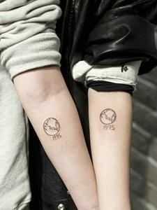 90后小情侣低调的手腕纹身图片