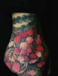 手背铺满了好看的小花瓣纹身