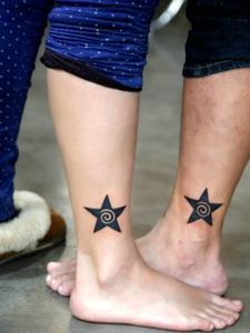 可爱的迷你五角星腿部情侣纹身