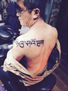 男士也可以性感的肩膀梵文纹身