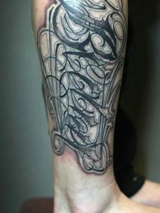 小腿部的个性大花体英文纹身图片