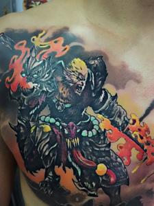 胸前个性创意的齐天大圣纹身图案