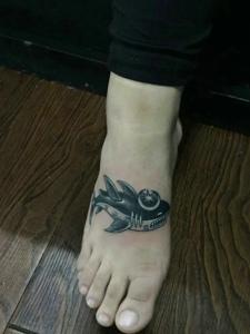 脚背小巧可爱的小鲨鱼纹身图片