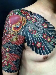 具有男人味的半甲红鲤鱼纹身图片
