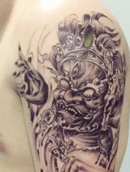 成熟男士大臂上的唐狮纹身很霸气