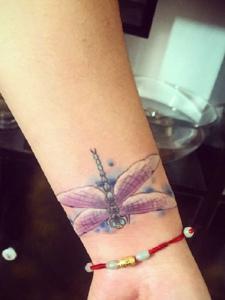 皙白的手腕有着美丽的蜻蜓纹身