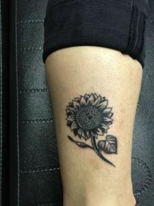 小小向日葵的小腿图腾刺青