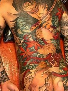 多彩夺人的满背日式图腾纹身图片
