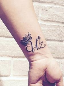 皇冠和英文一起的简单手腕纹身图片