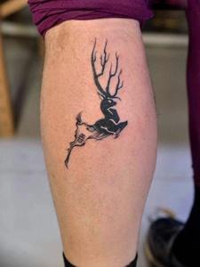 轻巧小鹿袭来图腾刺青