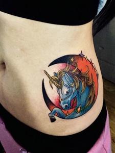 蛮腰上的天马个性纹身刺青